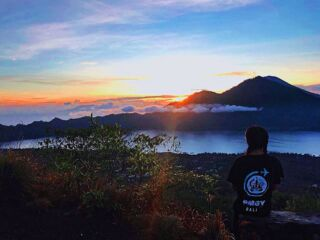 'Life's a climb, but the view is great' ⛰ Trust us, the 3am wake up call is definitely worth it for this amazing sunrise 😍 2/3 hour hike takes you up to the top of Mount Batur at 5,633 feet! 📸 @pippavicera  #pmgybali #pmgy #travelbali #mountbatur #travelphotography #volunteerbali #volunteerabroad