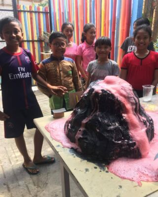 This week the children at Akasa school got a geography/science/art/English lesson all in one! 🤓 The volunteers taught the kids about volcanos and earthquakes and to top it off they got to do their own volcano experiment like real scientists⚗️🌋 how cool?! Wish we were in school again.... #pmgybali #pmgy #pmgyteaching #teachingabroad #englishteaching #tefl