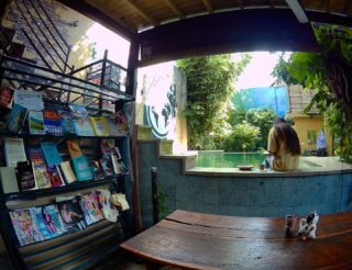 Time to grab a book or have a dip in the pool to cool off after a busy day volunteering! 📚🏊🏽♀️ . 📸: @emmagover3 . @planmygapyear #pmgybali #pmgy #volunteerabroad #explorebali #volunteerinbali