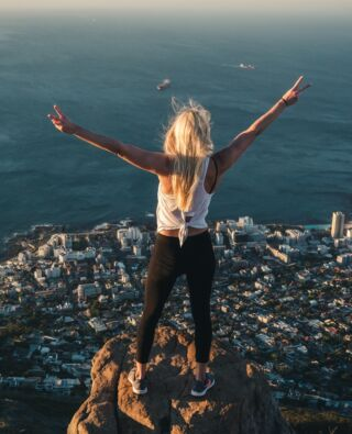 The view is better from the edge of your comfort zone⠀  📍- Lion's Head 🦁, Cape Town 🇿🇦⠀  #pmgy #pmgysouthafrica #lionshead #capetown #comfortzone #sunset⠀